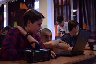 Učenici OŠ Vugrovec-Kašina koriste VR naočale za učenje povijesti