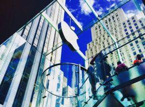 Apple postaje prva tvrtka na svijetu koja će vrijediti bilijun dolara